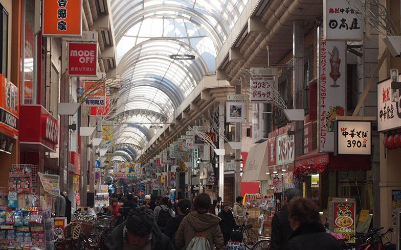【画像2】平日の昼間にもかかわらず、大勢の人でにぎわう商店街の様子。学校帰りの学生たちや子連れのママたちも多かった(写真撮影/明日陽樹)