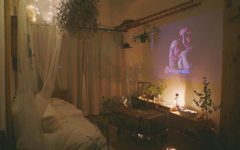 【画像4】今一番のお気に入りは、ベッドでの映画鑑賞スペース(写真提供/b_to_u さん)
