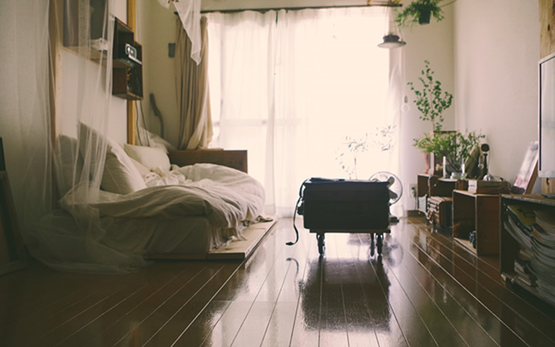 【画像5】部屋の満足度は高いが、唯一の悩みがツルツルとしたフローリング(写真提供/b_to_u さん)