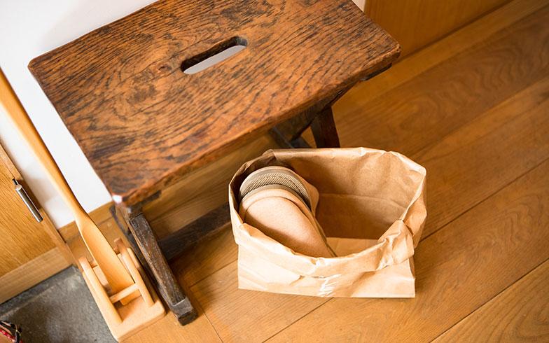 【画像5】来客用スリッパをオシャレな紙袋に入れ、さり気なく椅子の下に置く。真似したいアイデア!(写真撮影/片山貴博)