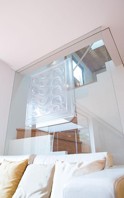 【画像10】2階から入る自然光が、ガラスの壁を通ってリビングに。ガラスに貼られた透明アートもすてきなアクセント(写真撮影/片山貴博)