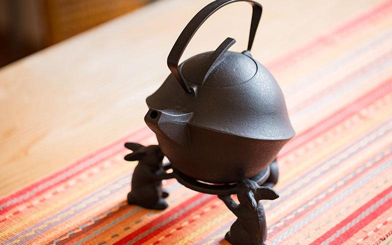 【画像14】奥さまがお茶を入れてくださった鋳物ティーポット「kabutoⅡ」も橋本さんデザイン(下で支えているウサギは、別物だがベストマッチ!)(写真撮影/片山貴博)