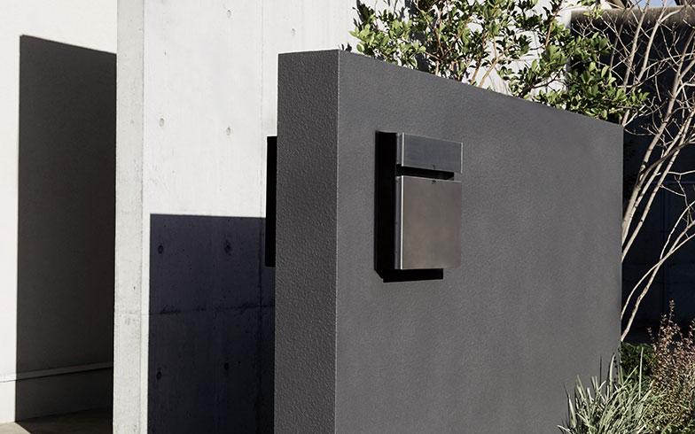 【画像3】『コンボ-F』を玄関先に置いた施工例。建物の外観とも調和していて、違和感がない(写真提供/パナソニック)