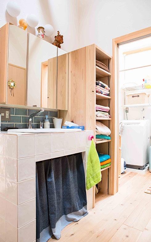 【画像5】共用している2階の洗面所と脱衣所。1階にはまた別にHさんと娘たちが日常的に使う洗面所がある(写真撮影/片山貴博)