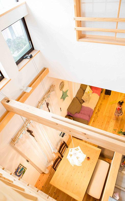 【画像6】吹抜けから1階を見下ろしたところ。2階の和室には障子があり、お互いの声がそれとなく聞こえるよう、工夫されている(写真撮影/片山貴博)
