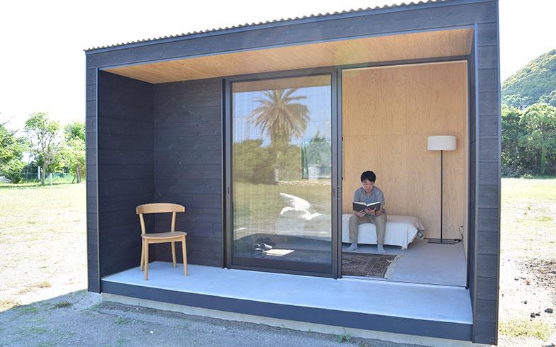 【画像1】屋内9.1m2、縁側3.1m2の小屋。4人までがちょうど良さそうな広さだ。有効面積を最大限確保しながら、ミニマルなデザインを追求するため、ガラス戸は商店などで使用される引き戸をドアと窓を兼ねて採用している(撮影/末吉陽子)