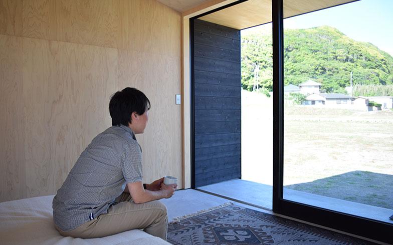 【画像2】大きな窓は南房総の風景を切り取るピクチャーウィンドウでもある(撮影/末吉陽子)