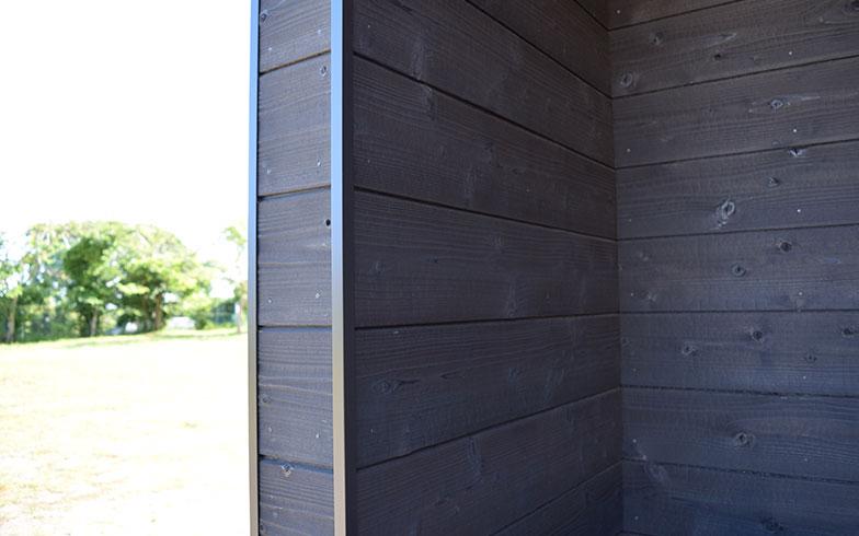 【画像4】すべて国産の木材を使用。外壁は強度を高めるため日本の古い技術「焼杉」を取り入れるなど、昔ながらの手法も活かしている。オイルステインで仕上げることで、防腐性や耐久性を高めている(撮影/末吉陽子)