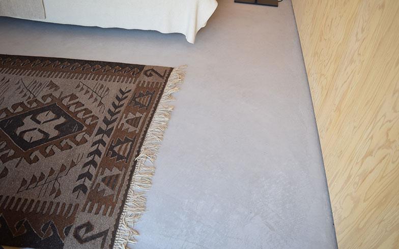 【画像5】DIYの楽しみを残すため、床もモルタル仕上げにして改装しやすくしている。内壁は無塗装で仕上げているので、好きなようにペイント可能。また、12ミリと十分な厚さがあるため棚も取り付けることができる(撮影/末吉陽子)