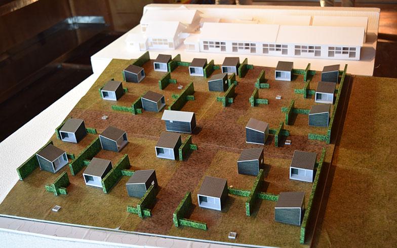【画像6】シラハマ校舎での完成イメージの模型。今年8月から引き渡しを進め、全21棟を販売する予定。売却する場合は、一戸建て住宅と同じような手順で、借地権の更新も可能とのこと(撮影/末吉陽子)