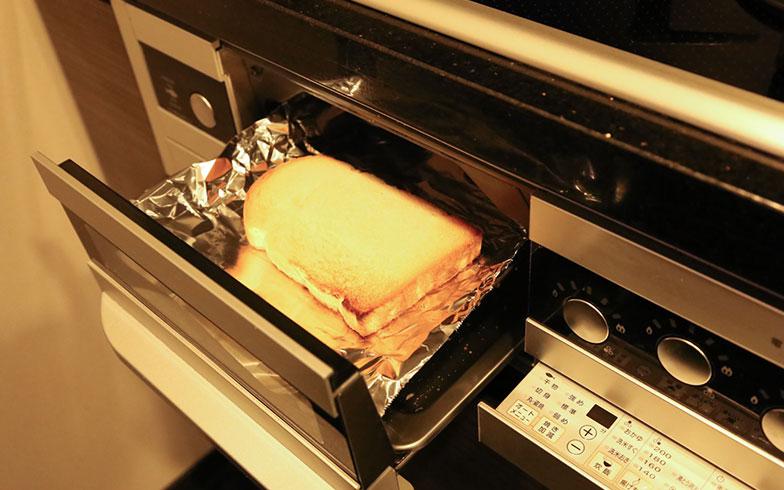 【画像1】片面焼きグリルの場合、網の上にパン2枚を並べて強火で2~3分。パンを裏返して強火で約1分で、同じようにカリふわのトーストが焼き上がるとのこと。慣れるまでは、焼き加減を見ながら微調整するのがポイント(写真撮影/さいとうきい)