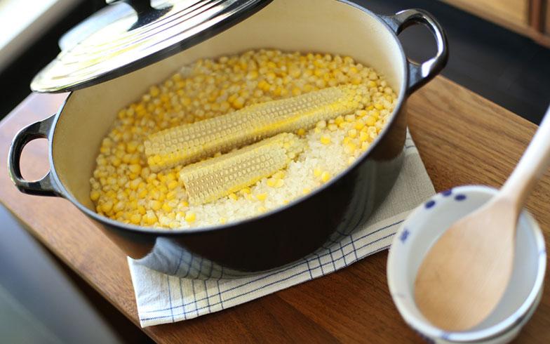 """【画像2】「ル・クルーゼ」のレシピサイトによると、今が旬のとうもろこしを使った「とうもろこしごはん」は、旨味の出る""""芯""""も一緒に入れて炊くとよいそうです。料理下手でも絶品のとうもろこしごはんが炊けるのは、芯と厚手鍋のおかげ(写真撮影/さいとうきい)"""