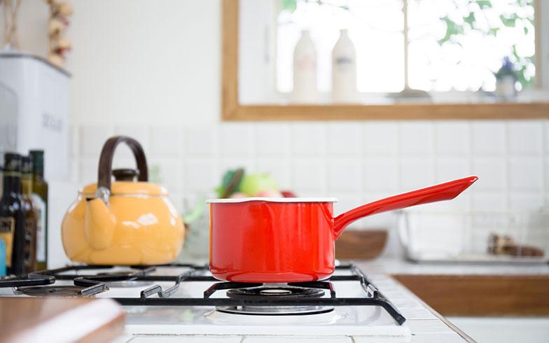 【画像5】さらにエネルギーの使用量を減らすには、鍋底からはみ出さない程度の中火にするとよいそうです。ほかにも、鍋底についた水滴を拭き取ってから火にかける、小さいものより大きい鍋ややかんを選ぶといったことも効果があるのだとか(写真/PIXTA)