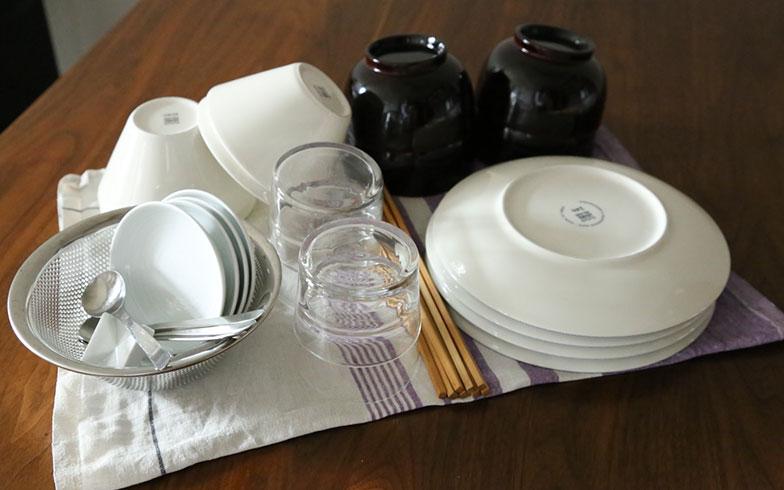 """【画像7】50 x 65cm程度のクロスを二つ折りにして、ごはん茶碗、汁椀、大皿、小皿、コップ、箸、箸置きを4人分伏せた状態がこちら。すぐに拭いて片付けてしまえば、コンパクトなキッチンの""""すっきり""""をキープできます(写真撮影/さいとうきい)"""