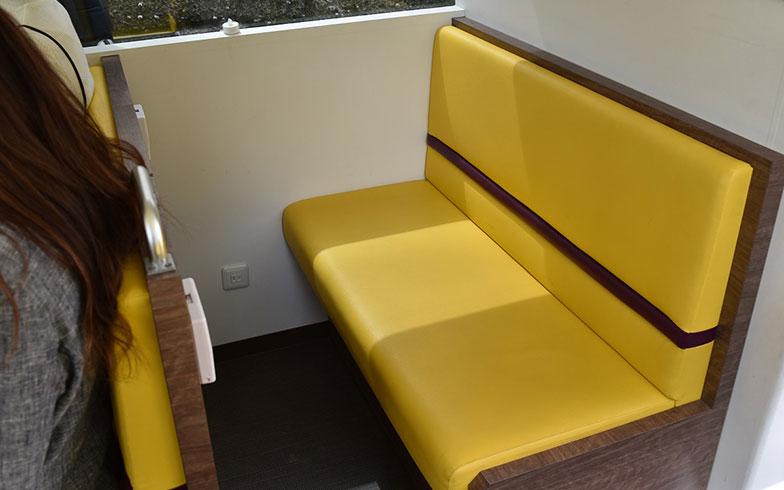 【画像3】ゆったり座れる2人掛けシート。座席脇にコンセントも(撮影/榎並紀行)