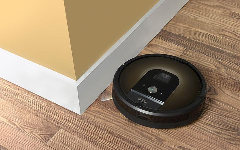 【画像1】ロボット掃除機 ルンバ980 。壁ぎわや家具の脚まわりもエッジクリーニングブラシが沿うように掃除。家の隅々までチリやホコリを残さない(画像提供/アイロボット)