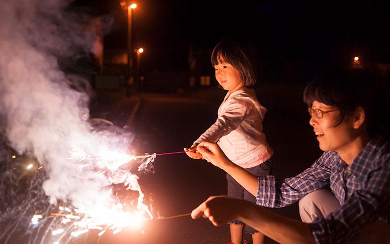 都会では花火遊びもご近所トラブルの原因に!どこで遊べばいいの?警察や自治体に聞いてみた