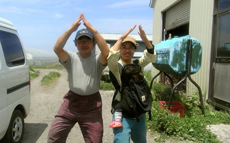 【画像1】山が買えると教えてくれたのは農家の友人・林宏さん。一緒に山が買えたらいいねと意気込み山ポーズ!(写真撮影/來嶋路子)