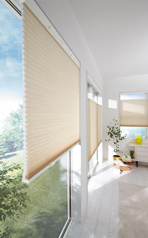 【画像1】ハニカム構造で窓辺の断熱性を高める「ブランシェDX ハニカムスクリーン」(画像提供/株式会社LIXIL)
