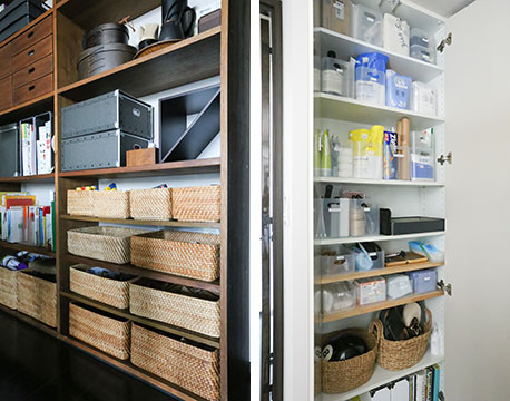【画像6】都心の小さなマンション住まいのため、リビング・ダイニングスペースもコンパクト。どこからでも目に付いてしまうオープンシェルフはビジュアル優先、扉付きの収納スペースでは管理のしやすさ優先で収納用品をセレクト(写真撮影/さいとうきい)