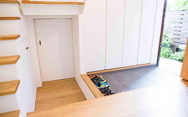 【画像3】玄関一面のシューズボックスや階段下収納もあり、主婦にうれしい収納力。1階には寝室とバストイレがある(写真撮影/片山貴博)