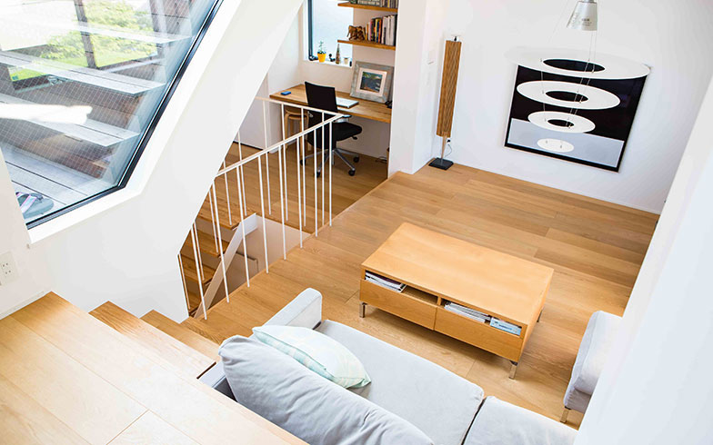 【画像5】階段の踊り場にワークスペースも設けられたリビングルーム(写真撮影/片山貴博)