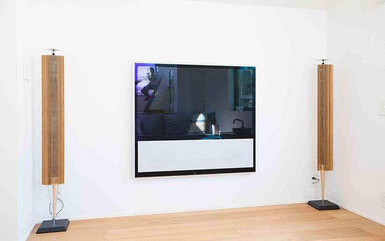 【画像8】リビングの壁に配線が見えないように設計段階から打ち合わせを重ね、すっきりとした見た目も実現(写真撮影/片山貴博)