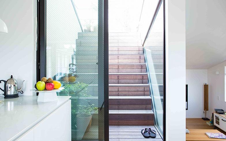 【画像9】2階のダイニングキッチンから屋上へアクセスできる。大きな全面ガラスサッシで、光と風が入ってくる(写真撮影/片山貴博)