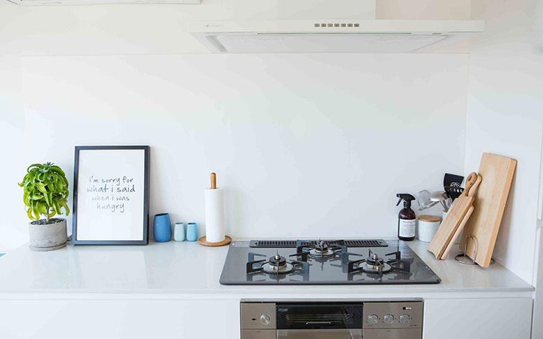 【画像14】ガスコンロ派の田中さん。換気扇もホワイトで統一し、清潔感のあるキッチン(写真撮影/片山貴博)