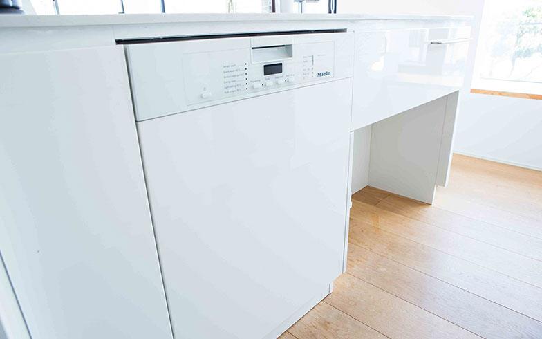 【画像15】ミーレ社の食洗機、キャビネットと同じ面材でビルトイン設計(写真撮影/片山貴博)