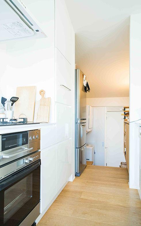 【画像16】キッチンから見た通路、その両脇がパントリー&洗濯場。奥に階段がある(写真撮影/片山貴博)