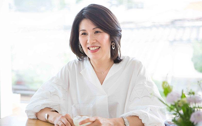 【画像18】暮らしのセンスにあふれる田中さん。お母様からの知識も譲り受けているそう。「食器やアンティークのことなんかは、母に教えてもらうことが多いです。サイトで紹介しているものや場所も母からインスピレーションをもらっています」(写真撮影/片山貴博)