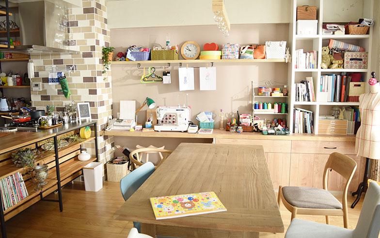 【画像3】こちらは家族が集うダイニング。椅子をはじめ家具の大部分はインテリアショップ「ACTUS(アクタス)」のもの(撮影/末吉陽子)