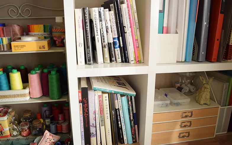 【画像5】棚にはファッションにまつわる書籍が多数。なかには、シャネルや白洲正子など激動の時代をたくましく生きた女性たちの本も。もしかしたらカンナさんの強さに影響を与えているのかも?(撮影/末吉陽子)