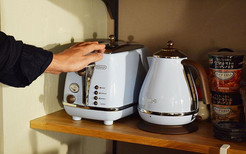 【画像9】レトロなデザインと淡いブルーの色味がキュートなこちらは、古き良きイタリアのエッセンスを加えた「デロンギ アイコナ・ヴィンテージ コレクション」のポップアップトースターと電気ケトル(撮影/末吉陽子)