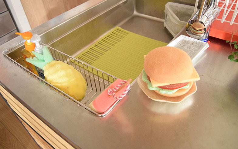 【画像10】遊び心たっぷりなハンバーガーとパイナップルのスポンジ。こうしたアイテムからもカンナさんのパーソナリティーを感じ取ることができる(撮影/末吉陽子)