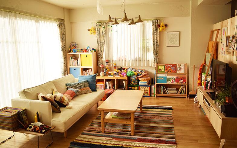 【画像11】白ベースの家具とむく材のフローリングのシンプルな色味をベースにしたリビング(撮影/末吉陽子)