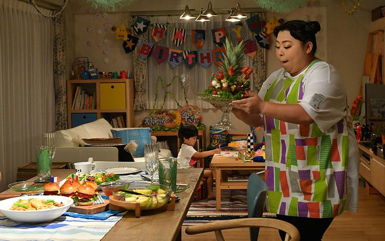 【画像14】そういえば、麗音くんのバースデーディナーでも、インパクト大なパイナップルのメニューをつくっていた。カンナさん、パイナップル好き?(画像提供/TBS)