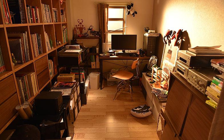 【画像16】こちらは礼の書斎。左側の壁の書棚には洋書がぎっしりで、どことなくインテリっぽさを感じる。あまり広くないスペースだがしっかりと整理整頓されている(画像提供/TBS)