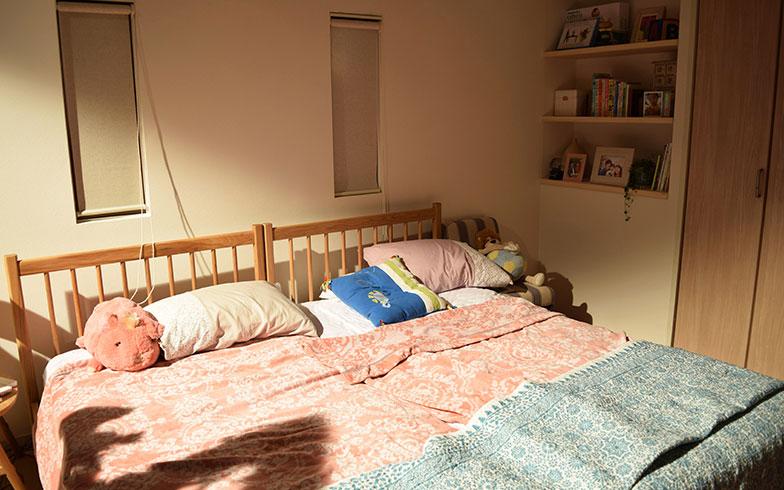 【画像18】「ACTUS」のシングルベッドを二つ並べ、優しい色合いのテキスタイルがおしゃれな「Francfranc(フランフラン)」のベットカバーが包む家族3人の寝床。いつかまた川の字に寝られる日がくるのだろうか(撮影/末吉陽子)