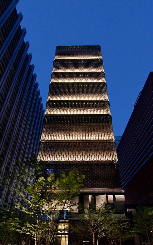 【画像1】ビジネスの中心地である大手町のビル群に馴染なじむダークブラックの外観(画像提供/星のや東京)