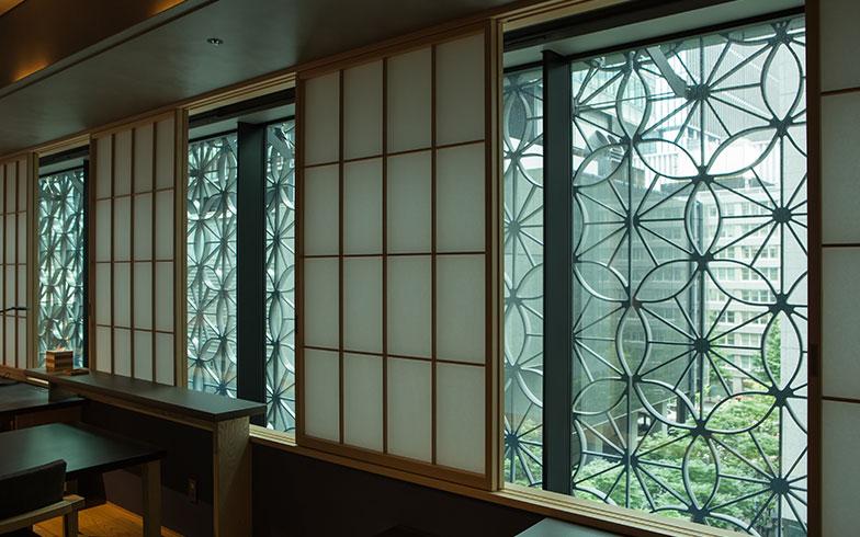 【画像6】障子は一枚飛ばしで開閉できるようになっており、開けると江戸小紋の「麻の葉」をモチーフにした柄がのぞくようなデザインに。日が差すと障子や畳に柄の影が落ち、美しい模様になる(撮影/片山貴博)