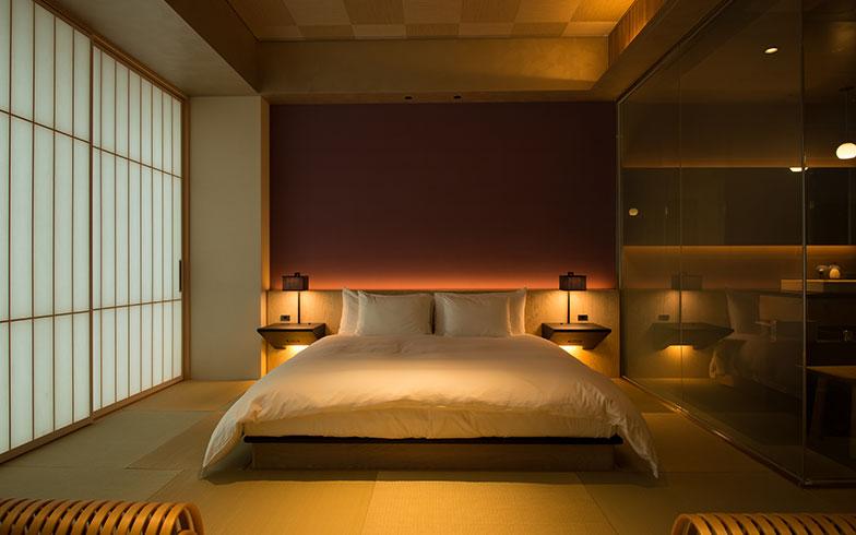 【画像10】梅紫色の和カラーのウォールが温かみを醸し出すダブルの客室「桜」(撮影/片山貴博)