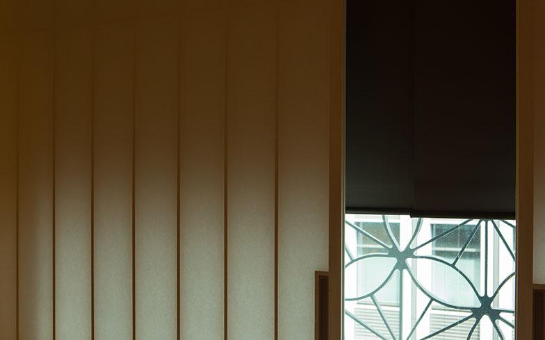 【画像12】太鼓張りの障子はふわっとした光の広がりが魅力。全客室にロールスクリーンがあり、遮光性も確保している(撮影/片山貴博)