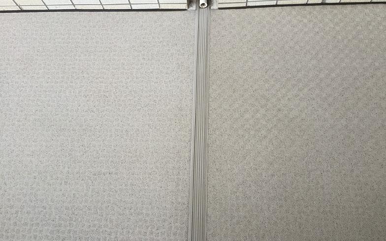 【画像1】左半分が新しい会社に試験掃除をしてもらった床。従来の清掃方法とは汚れの落ち方が大きく異なる(画像提供/桑原泰弘)