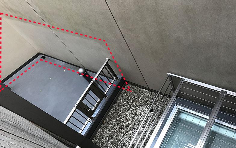 【画像2】ドライエリアの壁面。新手法で清掃された場所(赤線枠内)と以前のママの箇所との違いがはっきり分かる(画像提供/桑原泰弘)