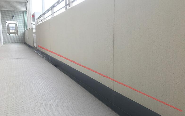 【画像3】使用する清掃器具によっては、壁面下部(赤線付近)に、こすれや塗装面が削られたような跡が残ることも。桑原さんのマンションでは、清掃会社と相談して対策をしているとのこと(画像提供/桑原泰弘)