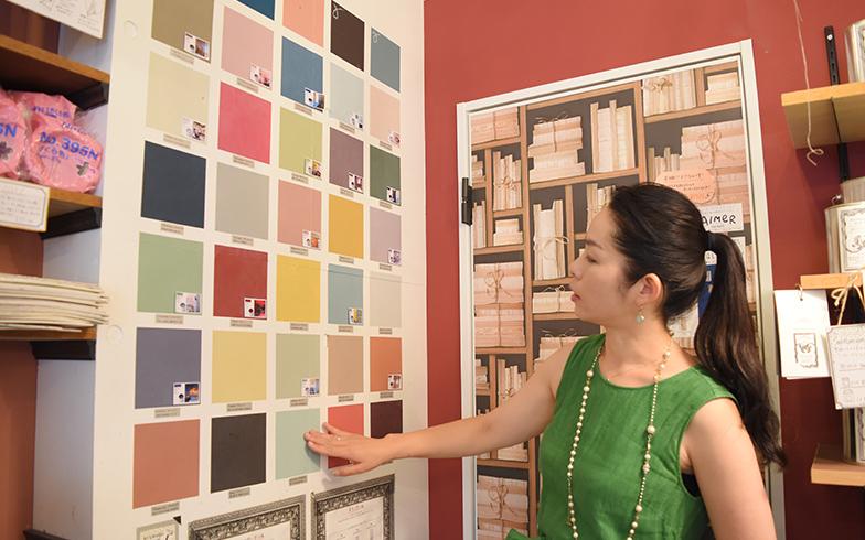 【画像2】夏水組代表の坂田夏水さん。パリの色をイメージした30カラーの夏水組セレクションのペイントは甘すぎない上品な大人色が魅力(写真撮影/SUUMOジャーナル)