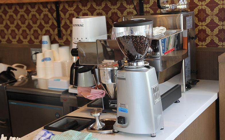【画像5】本格エスプレッソマシンで入れるカフェラテが自慢(写真撮影/小野洋平)