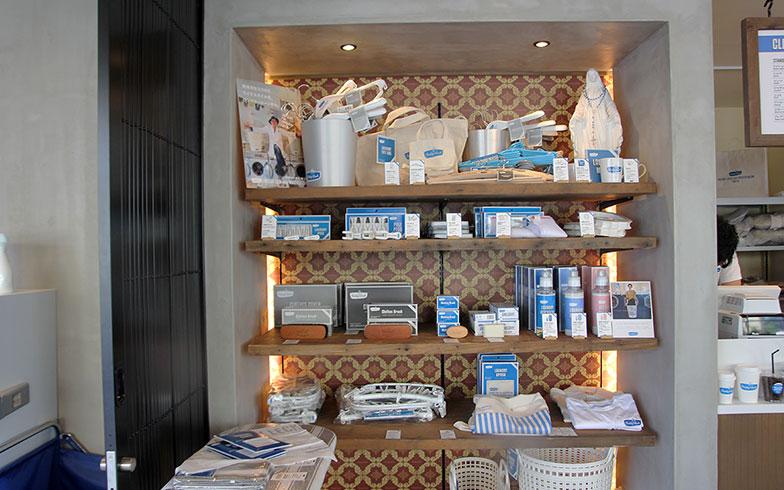 【画像6】カフェの脇ではオリジナル商品も販売。洗濯に必要な洗剤やハンガー、ウォッシュボードから日常的に使えるTシャツやショルダーバッグ、マグカップなど幅広い品ぞろえ(写真撮影/小野洋平)